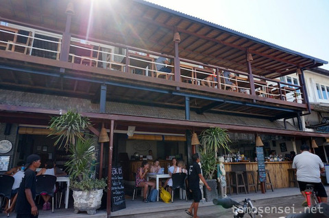 【バリ島&ギリ島】09_ビーチを臨む眺めの良い2階がオススメ「Scallywags Restaurant」