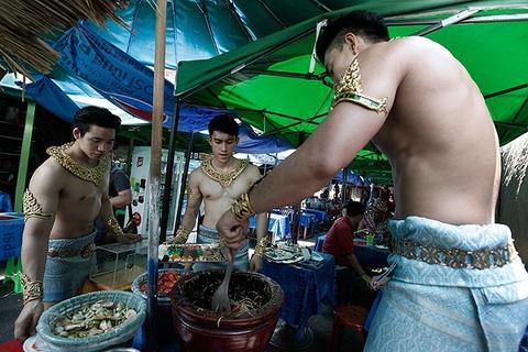 バンコクに店員全員がマッチョのソムタム屋があるらしいw「Som Tam Tad Arbsap」