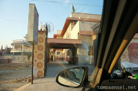【パキスタン】11_シンド州警察のパトカーに先導されながら世界遺産モヘンジョ・ダロへGO!