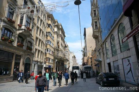 【トルコ旅行 Day7-3】イスティクラル通りを散策しつつ名物の濡れ濡れハンバーガーを食べる