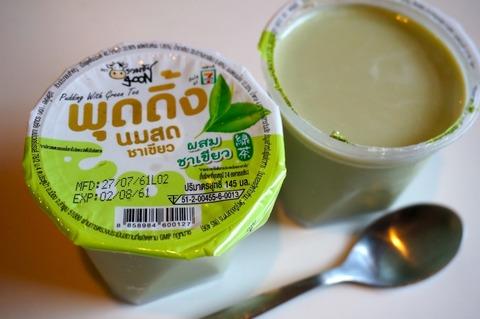 バンコクのコンビニで緑茶ミルクプリンを買って食べてみた!